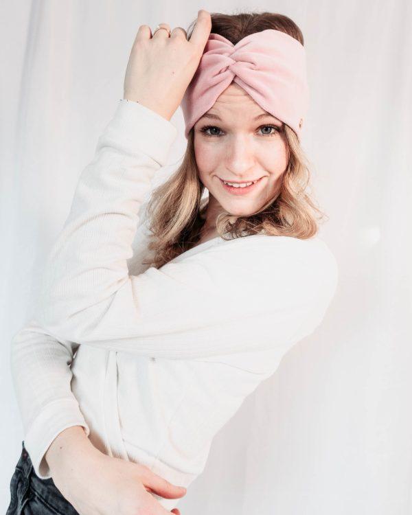 Nachhaltiges Stirnband RUFFLE LIGHT ROSE Biobaumwolle handgefertigt in Deutschland Nicky Rosa scaled <ul> <li>Handgefertigt in Deutschland</li> <li>100% Baumwolle (Bio)</li> <li>vegan</li> </ul>