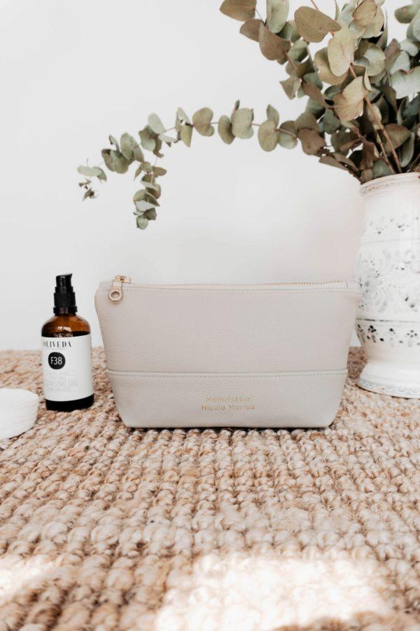 nachhaltige Kosmetiktasche aus veganem Leder in beige
