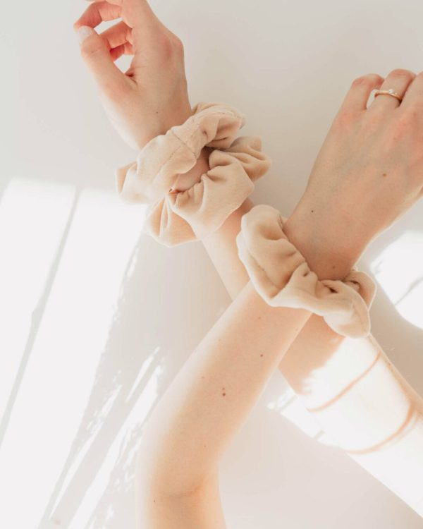 Scrunchies in Beige am Arm