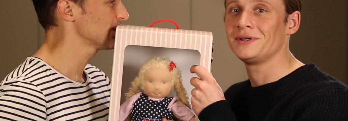 ManufakturenBlog: Florian David Fitz und Matthias Schweighöfer mit Käthe-Kruse-Puppe (Foto: Käthe Kruse)