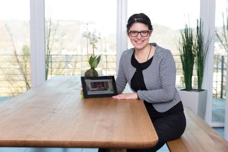 Julia Kasper von Holzgespür am vom Kunden designten Produkt