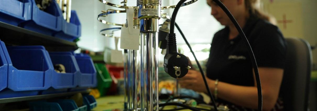 Manufakturen-Blog: Fertigung der Wilhelm-Wagenfeld-Lampe bei Tecnolumen in Bremen (Foto: Martin Specht)
