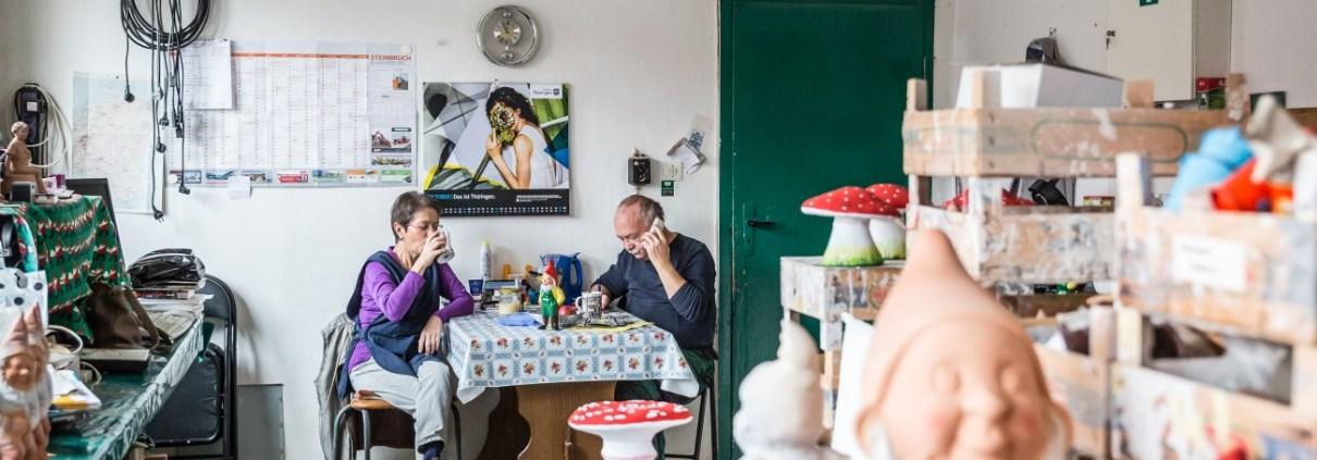 Manufakturen-Blog: Mittagspause in der Gartenzwerg Werkstatt - trotzdem rufen bei Griebels Kunden an (Foto: Moritz Frankenberg)