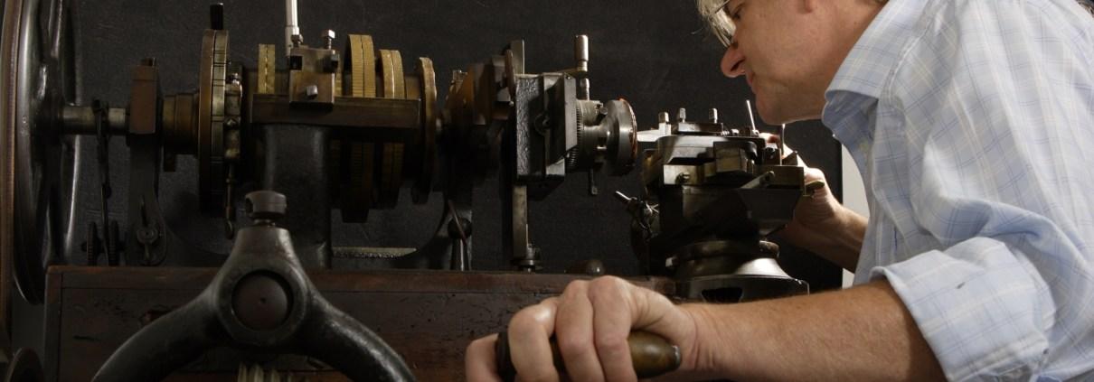 Manufakturen-Blog: Jochen Benzinger beim Guillochieren eines handgefertigten Zifferblatts (Foto: Benzinger Uhrenunikate)