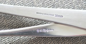 Manufakturen-Blog: Koch & Bergfelds Silber - oben mit Namenszug, unten mit der früheren Versilbert-Marke KB Rücken an Rücken im Kreis (Foto: Wigmar Bressel)