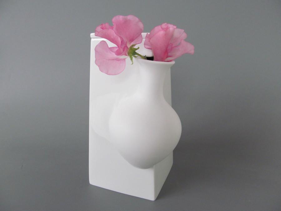 Manufakturen-Blog: Veit Streitenbergs 'falling vases' - eine klassische Höchst-Vase 'stürzt' in eine geometrische Form (Foto: Höchster Porzellanmanufaktur)