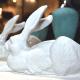 Manufakturen-Blog: Der Künstler Ottmar Hörl hat den berühmten 'Dürer-Hasen' aus der Zeichnung in die Dreidimensionalität übersetzt und zum Zentrum einer bekannten Kunstaktion mit 7000 Hasen gemacht. (Foto: Höchster Porzellanmanufaktur)