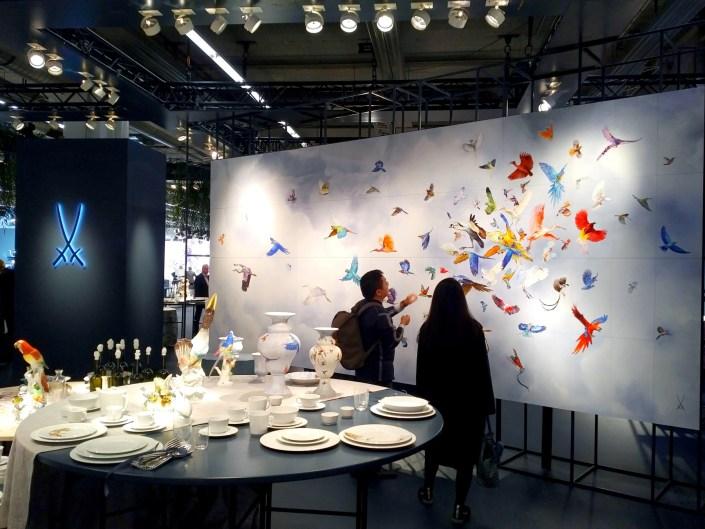 Manufakturen-Blog: Asiaten bestaunen am neuen 'Ambiente'-Messestand der Porzellanmanufaktur Meissen den 'Vogelschwarm' (Foto: Wigmar Bressel)