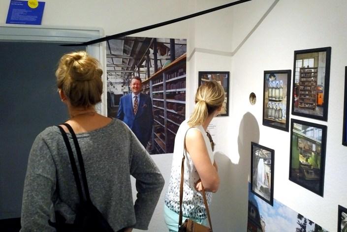 Manufakturen-Blog: Jahresausstellung der Hochschule für Kunst Bremen, Ausstellungsbesucherinnen in der sog. 'Hulsberg Crowd' (Foto: Wigmar Bressel)
