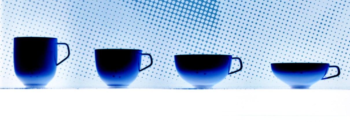 Manufakturen-Blog: Wie es sie nicht gibt - die vier Tassen der Form 'Fluen' in Blau der Porzellanmanufaktur Fuerstenberg (Bild: Wigmar Bressel)