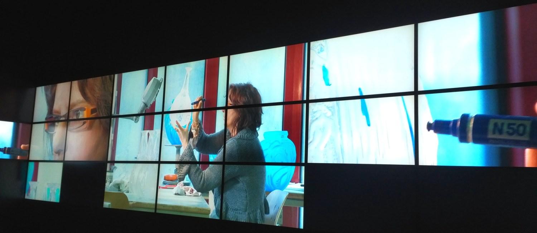 Manufakturen-Blog: Bildschirminstallation im Musée Lalique - Endkontrolle der Produkte und Nacharbeit (Foto: Wigmar Bressel)