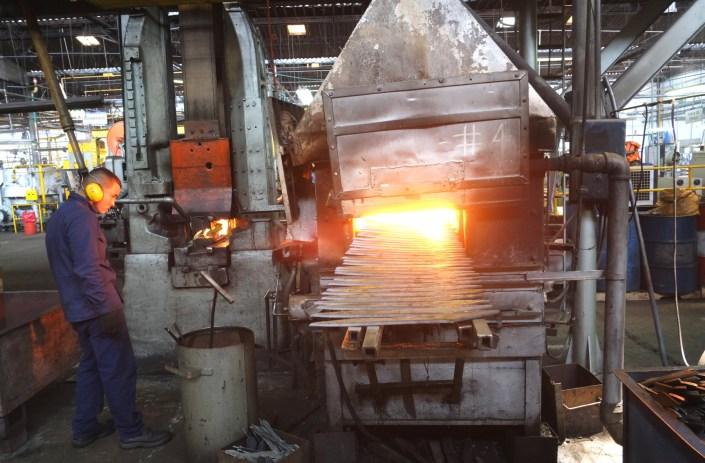 Manufakturen-Blog: Am Glühofen bei INCOLMA in Manizales in Kolumbien - die große Manufaktur ist der weltgrößte Lieferant von Macheten, gefertigt nach Solinger Ideen (Foto: Martin Specht)