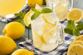 manuka honey lemonade