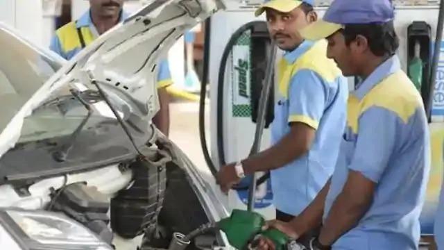 पेट्रोल सौ के पार, जनता को सरकार का महँगाई का उपहार