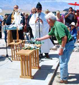 Former Manzanar incarceree Hank Umemoto participates in the ritual Offering Of A Symbot of a True Heart