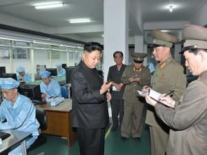 Εδώ ο Κιμ Γιονγκ δίνει οδηγίες για το βορειοκορεάτικο smartphone.  Ανάλυση 1080p και λήψη βίντεο με  4k