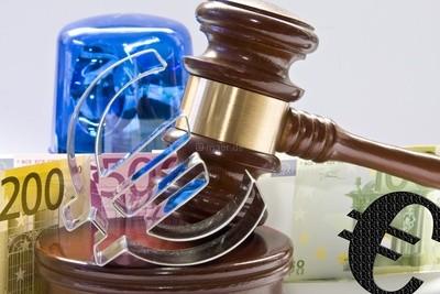 Geldscheine mit einem Versteigerungshammer und Eurozeichen