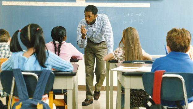 Os professores dos cursos primário e secundário no Brasil ganham menos e são os que trabalham o maior número de semanas por ano entre todos os países do estudo