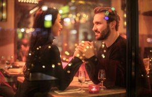 casal em momento de afeição em restaurante antes do pedido de casamento