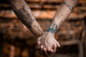casal homo afetivo de mãos dadas em pedido de casamento