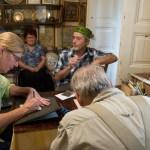 п. Асан показує Артуру і Бетті перші кроки в металопластиці