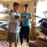 п. Ганна Копильчук показує Ніколь як прясти нитку для яворівських ліжників