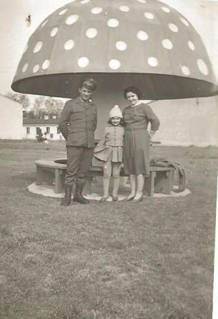 """Ośrodek """"Stradom"""" (dziś """"Arena Słońca""""). Na zdjęciu Krystyna i Bernard Bemowscy z córką Franciszką."""