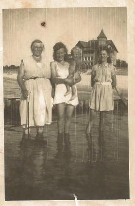 Plaża w Łebie przy hotelu Neptun, 1947 rok ( w środku Antonina Sułkowska).