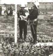 1982 rok, otwarcie remizy Ochotniczej Straży Pożarnej w Łebie. Na zdjęciu (od lewej) Edward Balcerzak i Stanisław Rozwora.