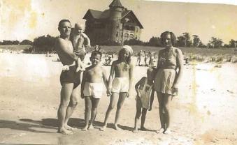 Plaża w Łebie przy hotelu Neptun, Antonina i Wojciech Sułkowscy z dziećmi.