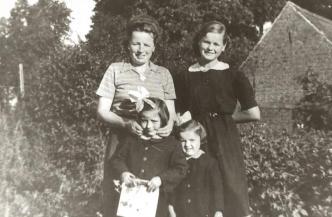 Łeba, 1953 rok, z lewej: Zofia Ziębicka z córkami: Aurelią i Wiesławą.