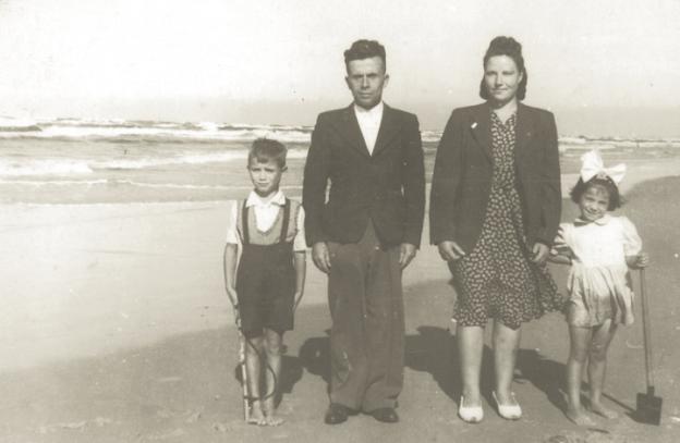 Antoni i Amelia Sokólscy z dziećmi Ryszardem i Ireną. Łeba 1947 r.