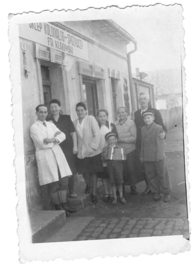Łeba, czerwiec 1946 r. Od lewej: Franciszek i Stefania Kurowscy, Eugenia Dańda, Leonarda Kurowska, Wiktoria Dańda, Dańda Ludwik, synowie Stefanii i Franciszka – Edward i Tadeusz.