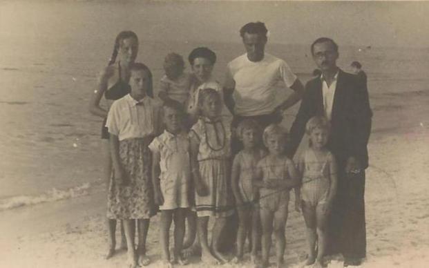 Irena i Włodzimierz Piramowiczowie z dziećmi na plaży.