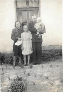 Bronisława i Aleksander Pałac z córką Zofią i synem Leszkiem.