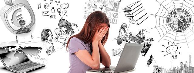 Entendre (enfin) sa petite voix intérieure : pas gagné pour cette femme devant son ordinateur débordée par des pensées négatives.
