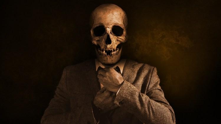 Homme dont le visage est une tête de mort refaisant son noeud de cravate.