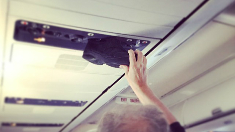 Cause airing out your shoe is completely normal. (Passenger Shaming / Instagram)