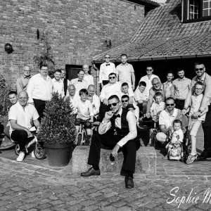 Photo d'invités hommes de mariage en noir et blanc