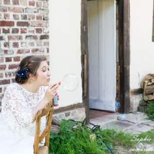 Portrait de mariée soufflant une bulle