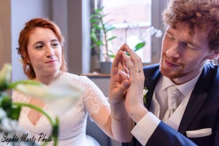 Moment volé des mariés, mains jointes et alliances