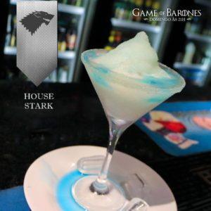 Stark O frio não é um problema para os membros dessa casa, portanto esse é um drink de verão para eles. Um belo Frozen de tônica e gelo, com toque de Gin e Curaçau Blue. É ideal para afastar o calor enquanto o inverno não chega.