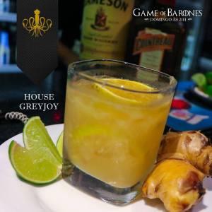 Greyjoy Esse é um drink forte! Os membros dessa família, tanto os homens quanto as mulheres, são conhecidos pela sua braveza. Com um toque de gengibre ralado, fatias de laranja, suco de limão, uma parte de licor de laranja Cointreau e uma boa dose de Whisky Irlandês. É um bom drink para esquentar o sangue em uma manhã cinza a bordo da frota de ferro.