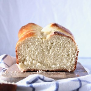 Easy brioche for the perfect weekend brunch - this brioche recipe is delicious and easy to make for any newbie baker! | mapleetchocolat.com