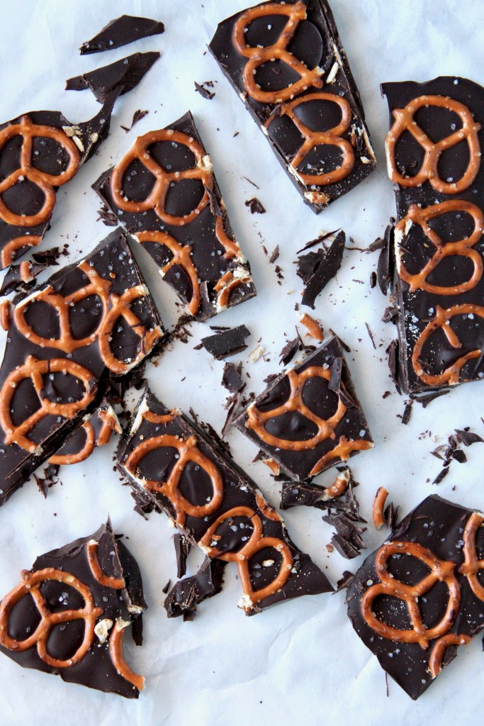 Sea salt chocolate pretzel bark - ready in 5 minutes, this bark is your perfect daily dose of chocolate! | mapleetchocolat.com
