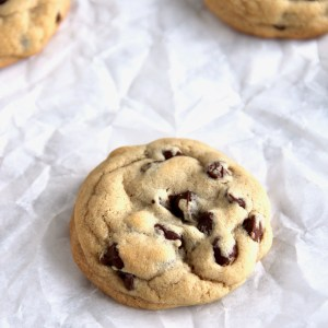 Soft chocolate chip cookies - This is my go-to chocolate chip cookie recipe! Easy and quick recipe that gives you thick and soft cookies. | mapleetchocolat.com