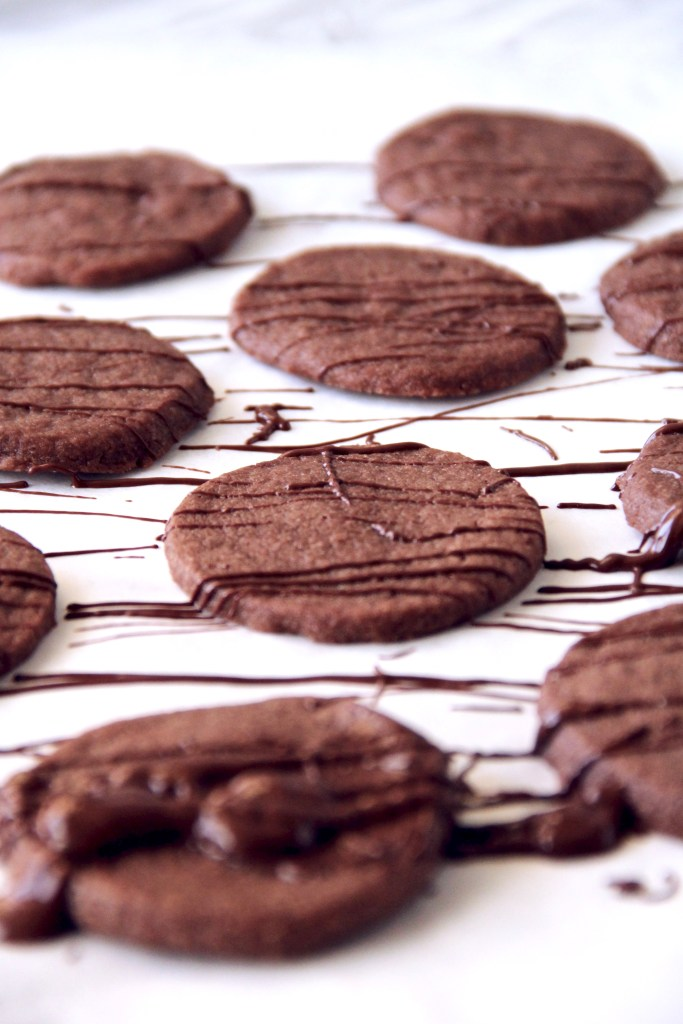 Chocolate shortbread cookies - These chocolate cookies are crispy on the outside, and melt-in-your-mouth on the inside! So delicious! | mapleetchocolat.com
