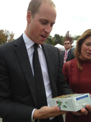 prince-william-sophie-trudeau-receive-girl-guide-cookies-from-marlo-hester-vancouver-2016