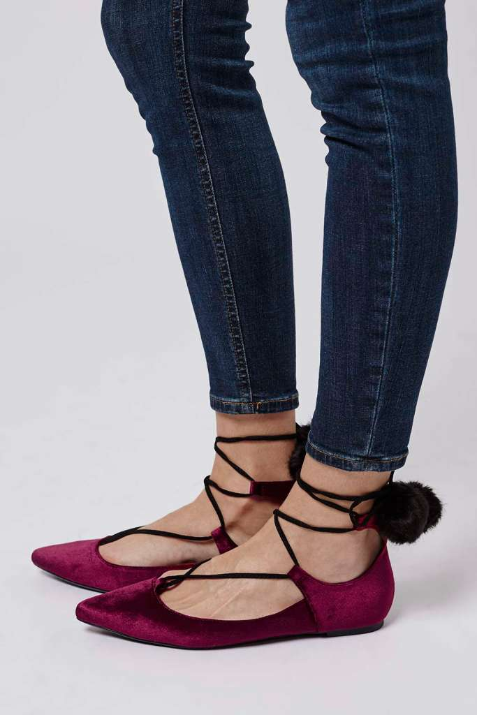FINEST Pom-Pom Velvet Ghillies. De venta en TOP SHOP Maple Mag
