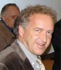 M. Friedemann SCHRENK Friedemann Schrenk est Directeur du département de paléoanthropologie du Senckenberg-Museum à Francfort et enseigne en tant que professeur de Paléoanthropologie à l'Université Johann-Wolfgang-Goethe. Lors de ses fouilles archéologiques au Malawi (Afrique de l'Est) en 1991, il a eu la grande chance de découvrir des fragments d'un hominidé, approximativement daté de 2 millions d'années